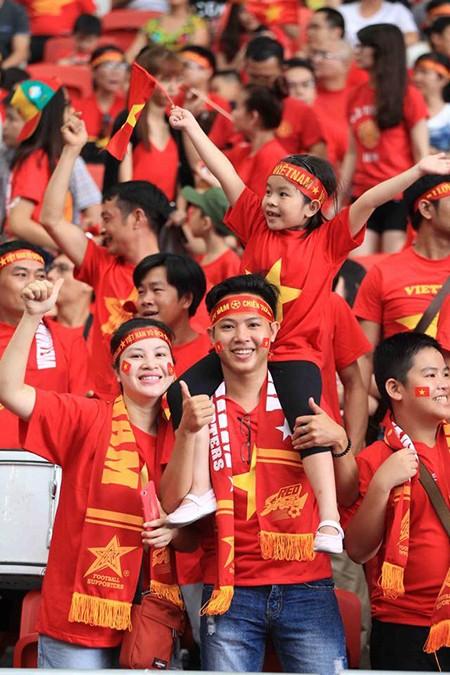 U23 Việt Nam thất bại cay đắng, nữ CĐV bật khóc nức nở - ảnh 1
