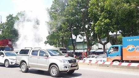 Đang lưu thông, xe tải bỗng bốc cháy mù mịt - ảnh 1