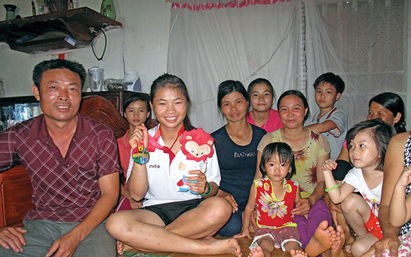 Trương Thị Phương bên cạnh người thân gia đình - Ảnh: KHƯƠNG XUÂN