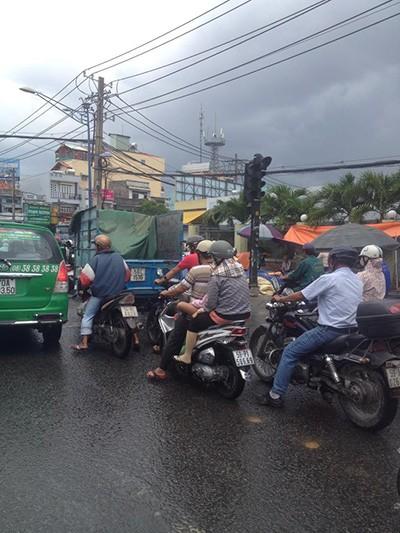 Đường tắc vì mưa lớn, đèn giao thông không hoạt động - ảnh 1