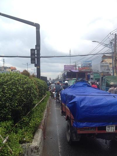 Đường tắc vì mưa lớn, đèn giao thông không hoạt động - ảnh 2