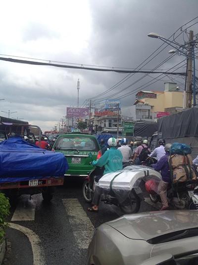 Đường tắc vì mưa lớn, đèn giao thông không hoạt động - ảnh 3