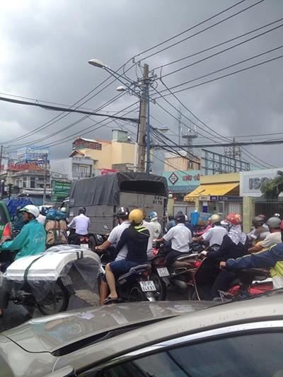Đường tắc vì mưa lớn, đèn giao thông không hoạt động - ảnh 4