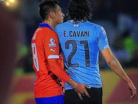 Sàm sỡ Cavani, cầu thủ Chile bị treo giò hết giải - ảnh 1