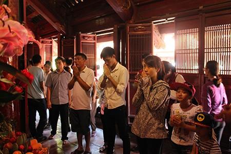 Hàng nghìn sĩ tử vào Văn Miếu cầu may trước kỳ thi - ảnh 5