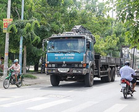 Xe ben, xe bồn, container ngang nhiên đi vào đường cấm - ảnh 1