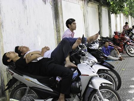 Chùm ảnh người thân vật vạ ngủ ngoài cổng trường thi chờ thí sinh - ảnh 3