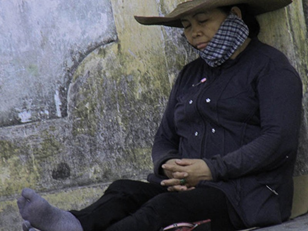 Chùm ảnh người thân vật vạ ngủ ngoài cổng trường thi chờ thí sinh - ảnh 11