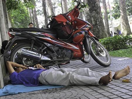Chùm ảnh người thân vật vạ ngủ ngoài cổng trường thi chờ thí sinh - ảnh 13