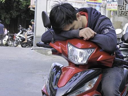 Chùm ảnh người thân vật vạ ngủ ngoài cổng trường thi chờ thí sinh - ảnh 5