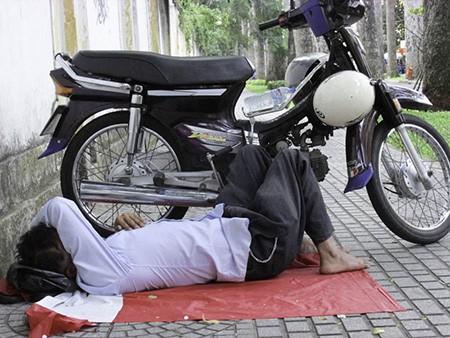Chùm ảnh người thân vật vạ ngủ ngoài cổng trường thi chờ thí sinh - ảnh 8
