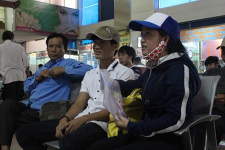 Kết thúc môn thi cuối, phụ huynh và thí sinh lũ lượt rời Sài Gòn trong đêm - ảnh 3