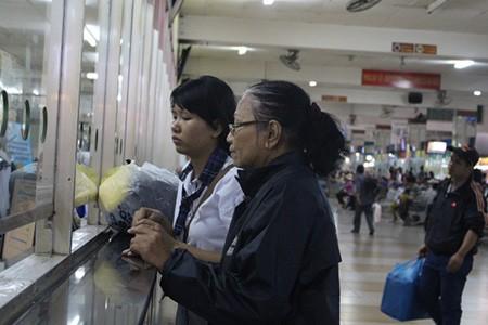 Kết thúc môn thi cuối, phụ huynh và thí sinh lũ lượt rời Sài Gòn trong đêm - ảnh 2