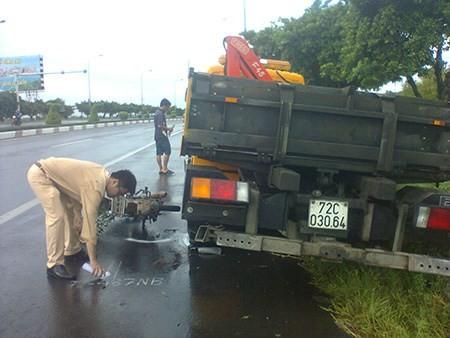 Người đi xe máy tử vong sau khi dừng xe xem TNGT - ảnh 1