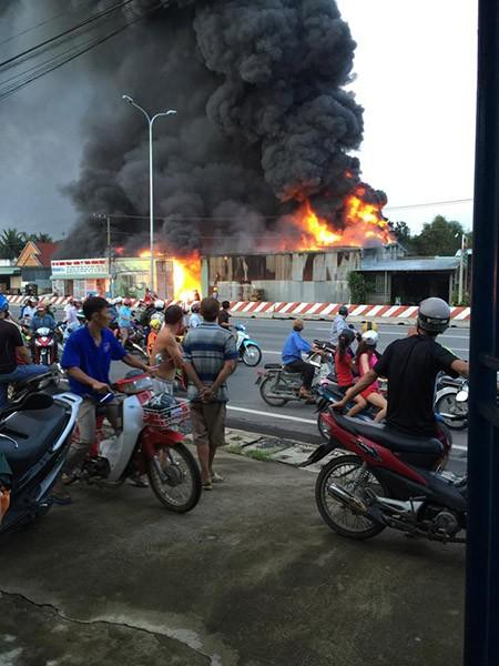 Đồng Nai: Xưởng vải bất ngờ bốc cháy dữ dội - ảnh 1