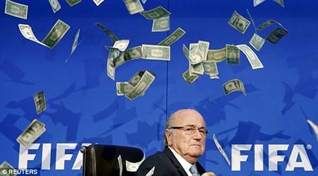 Hài hước: Sepp Blatter bị ném cả xấp đôla 'âm phủ' vào mặt - ảnh 4