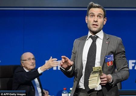 Hài hước: Sepp Blatter bị ném cả xấp đôla 'âm phủ' vào mặt - ảnh 3