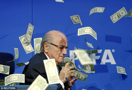 Hài hước: Sepp Blatter bị ném cả xấp đôla 'âm phủ' vào mặt - ảnh 5