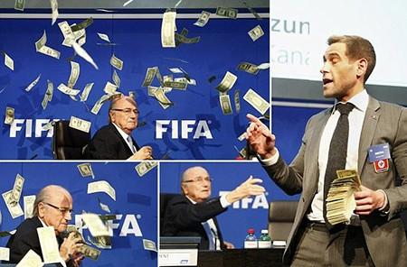 Hài hước: Sepp Blatter bị ném cả xấp đôla 'âm phủ' vào mặt - ảnh 1
