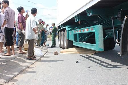 Hai vợ chồng trẻ bị xe container cán chết thảm - ảnh 1