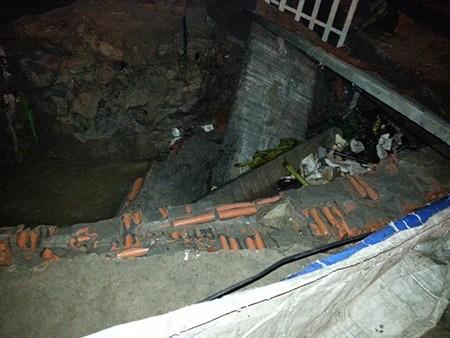 Đào bới được thi thể hai mẹ con tử nạn dưới đống đổ nát - ảnh 1
