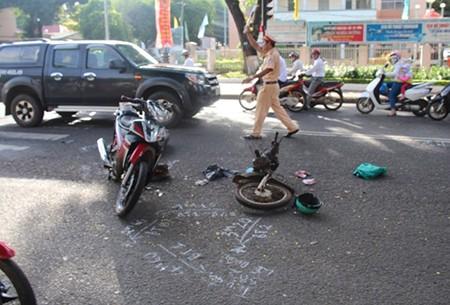 Xe máy gãy đôi sau tai nạn, nữ tài xế nguy kịch - ảnh 1
