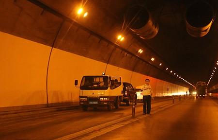 Xe tải mất phanh đâm vào thành hầm đường bộ Hải Vân - ảnh 3