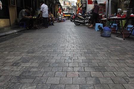 Hà Nội tạm dừng lát đá 11 tuyến phố cổ - ảnh 1