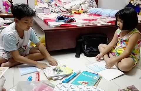 Sao cô giáo không cho các con tự bao tập vở? - ảnh 1