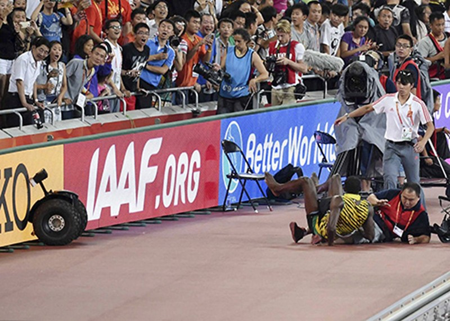 Chỉ có… cameraman mới hạ gục 'tia chớp' Usain Bolt - ảnh 3