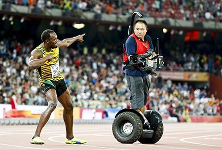 Chỉ có… cameraman mới hạ gục 'tia chớp' Usain Bolt - ảnh 1
