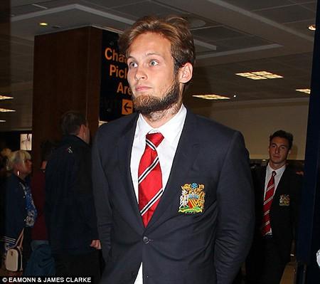 Chùm ảnh cầu thủ M.U mỏi mệt trở về nước Anh - ảnh 4
