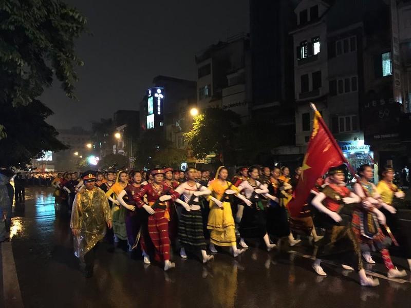 Người dân đội mưa xem tổng duyệt mừng Quốc khánh 2/9 - ảnh 4
