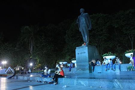 Người dân Thủ đô trắng đêm chờ đón đại lễ 2-9 - ảnh 12