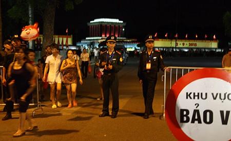 Người dân Thủ đô trắng đêm chờ đón đại lễ 2-9 - ảnh 17