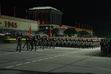 Người dân Thủ đô trắng đêm chờ đón đại lễ 2-9 - ảnh 6