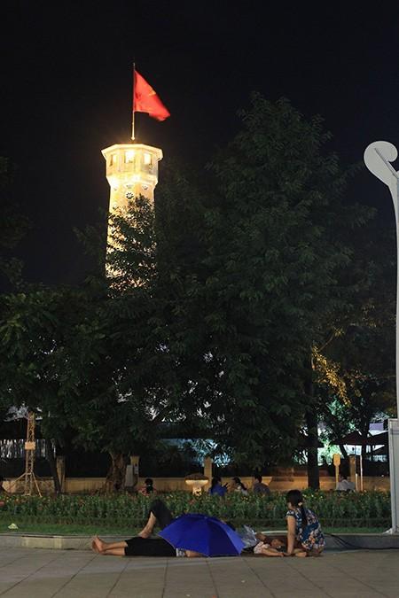 Người dân Thủ đô trắng đêm chờ đón đại lễ 2-9 - ảnh 15