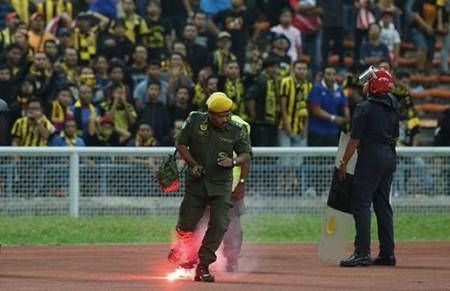 CĐV làm loạn, Malaysia đối mặt án phạt nặng của FIFA - ảnh 7