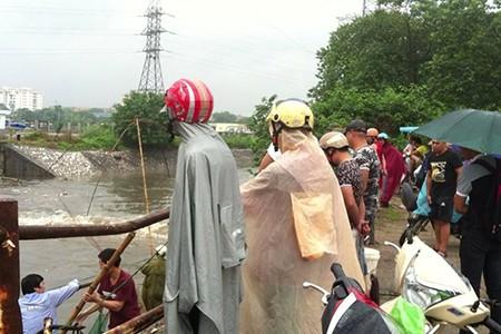 Người Hà Nội 'nô nức' ra sông bắt cá sau cơn mưa lớn  - ảnh 3