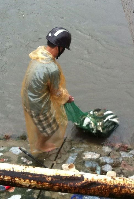 Người Hà Nội 'nô nức' ra sông bắt cá sau cơn mưa lớn  - ảnh 9