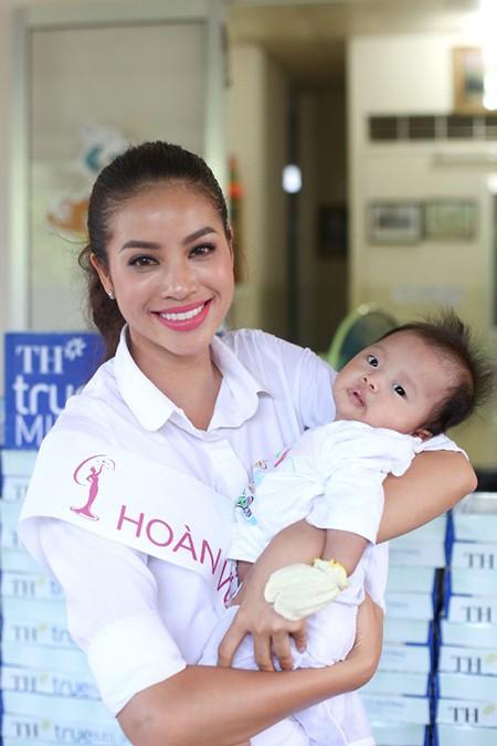 Hoa hậu Hoàn vũ Việt Nam mang tiếng cười đến các em nhỏ - ảnh 1