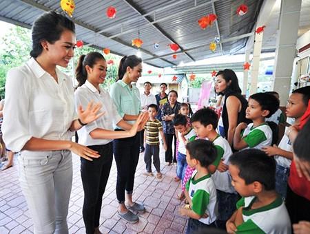 Hoa hậu Hoàn vũ Việt Nam mang tiếng cười đến các em nhỏ - ảnh 2