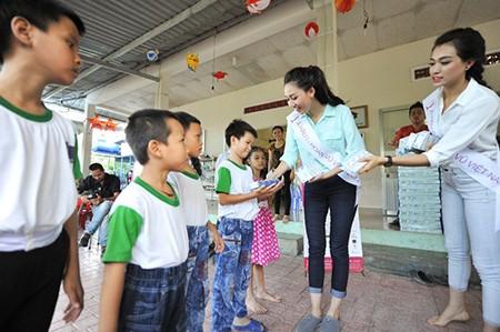 Hoa hậu Hoàn vũ Việt Nam mang tiếng cười đến các em nhỏ - ảnh 3