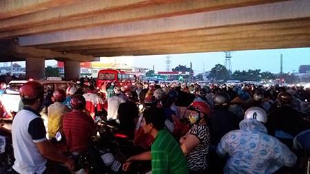 Người dân trú mưa, giao thông ùn tắc - ảnh 1