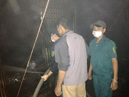 Hỏa hoạn thiêu rụi nhiều gian hàng quần áo tại chợ Xốm - ảnh 1
