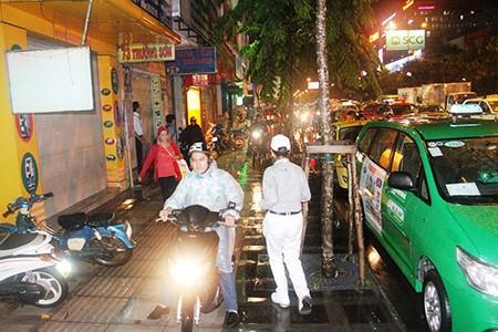 Kẹt xe kinh hoàng ở cửa ngõ sân bay Tân Sơn Nhất - ảnh 9