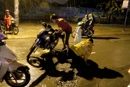 Nhiều người dân té ngã vì sụp đường cống đang thi công - ảnh 1