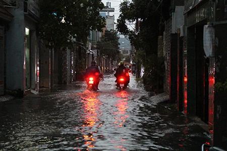 Mưa lớn kèm gió giật mạnh, Sài Gòn lại ngập nặng - ảnh 6