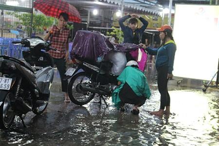 Mưa lớn kèm gió giật mạnh, Sài Gòn lại ngập nặng - ảnh 3
