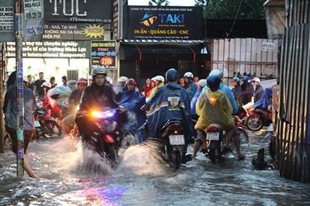Mưa lớn kèm gió giật mạnh, Sài Gòn lại ngập nặng - ảnh 4